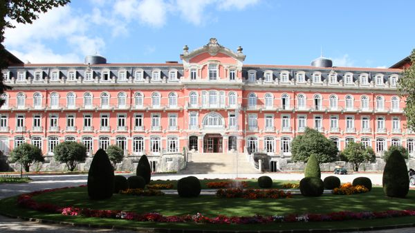 Hotel chic design lessons from portugal s vidago palace for Decor hotel portugal